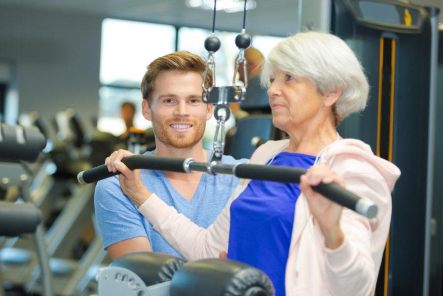 運動する高齢者
