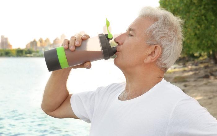 プロテインを飲む高齢者