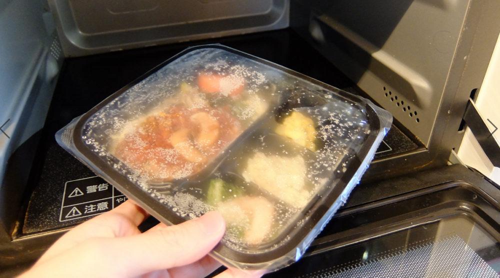 冷凍弁当を電子レンジで温めるだけ
