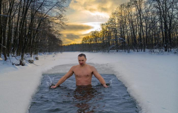 寒さに耐える男