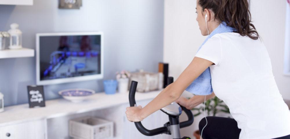 エアロバイクで運動する女性