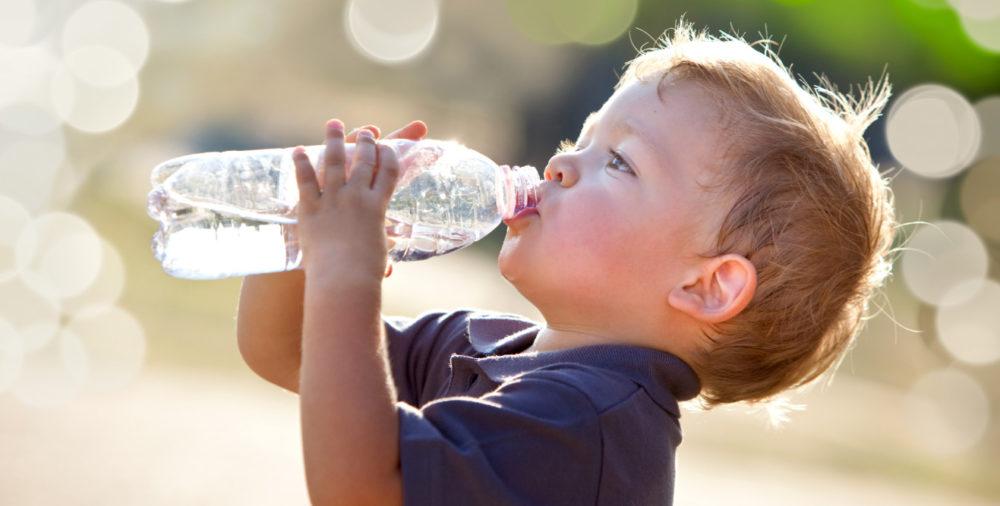 シリカ水を飲む子ども