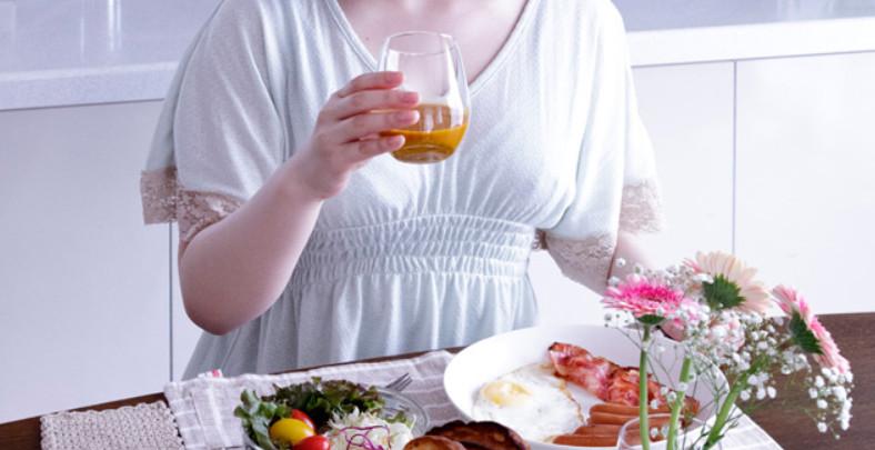 サジージュースを飲む女性