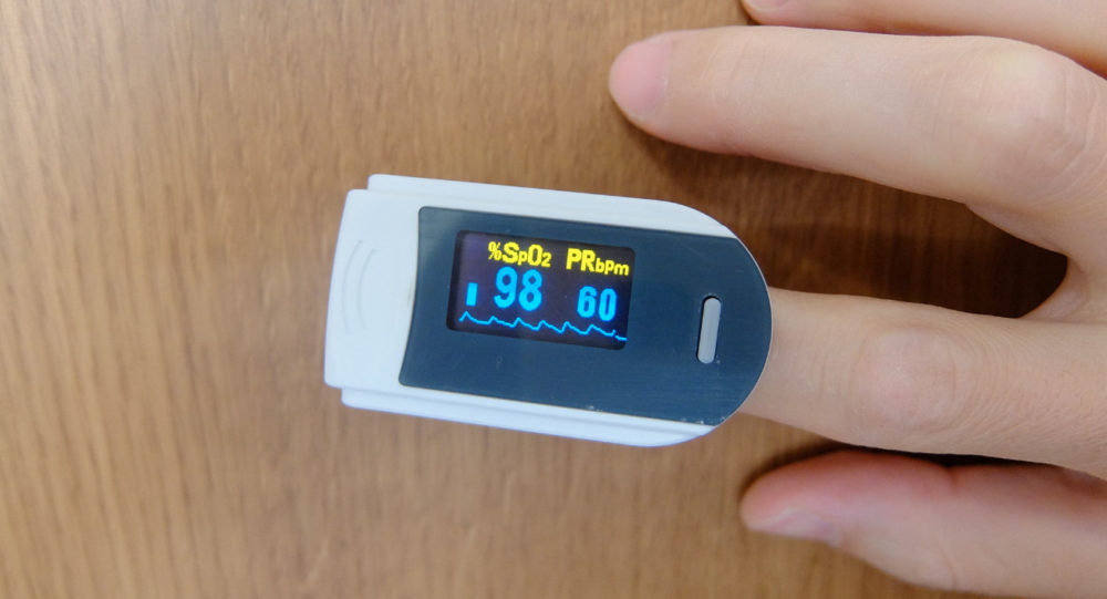 パルスオキシメーターで酸素飽和度を測定中