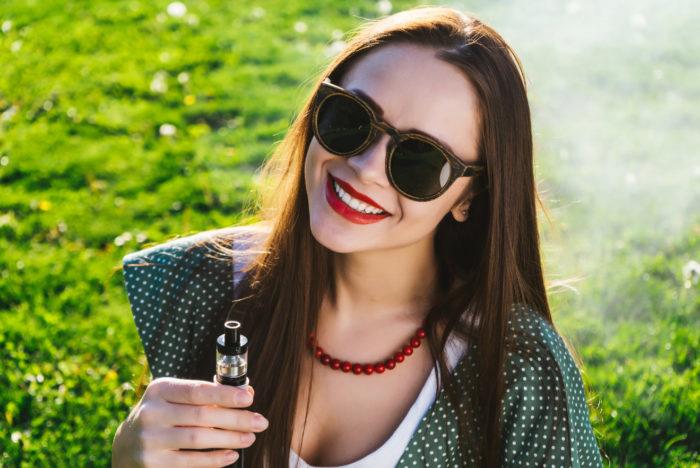 ケンコスを吸う女性