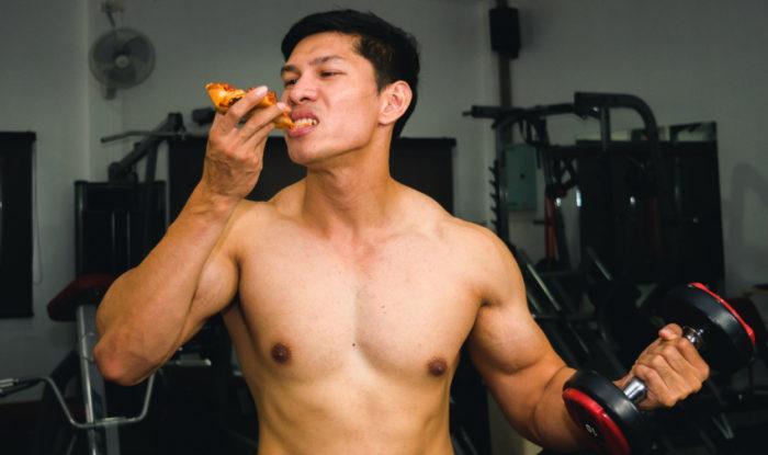 小麦粉のピザを食べる男